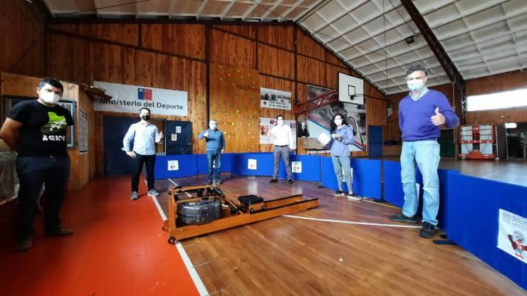 """Remeros del programa """"Promesas Chile"""" de Mindep IND reciben implementación deportiva en Puerto Montt."""