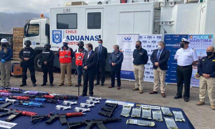 Aduanas intercepta piezas para armar 30 fusiles.